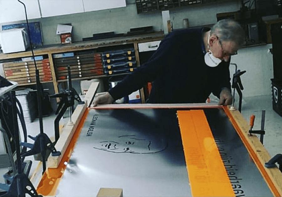 Daan werkend aan een bord van nelson mandela